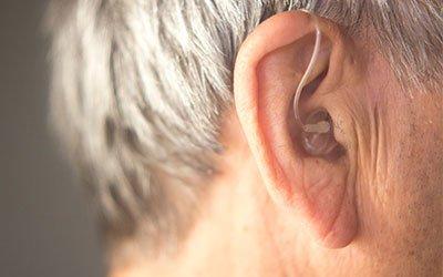 Perché è meglio scegliere un apparecchio acustico ricaricabile