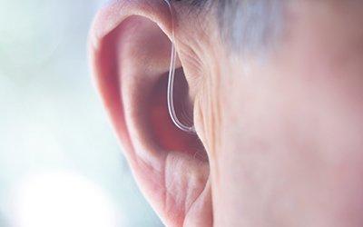 Indossare l'apparecchio acustico per la prima volta